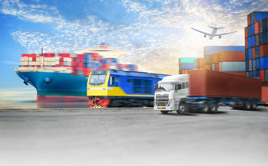 בתמונה רואים את שירותי הובלה ורכבת של קבוצת מילניום מימין לשמאל משאית עם קונטיינר רכב ואונייה ענקית עם מכולות עליה ומעל כולם עובר מטוס